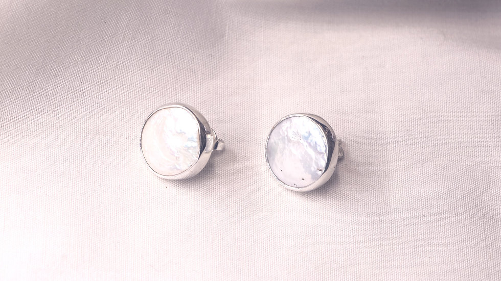 Round silver stud earrings with Mother of Pearl