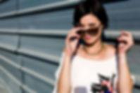 Güneş gözlüğü ile Kız