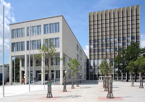 Uni Bibl KA Altbau-Neubau.jpg