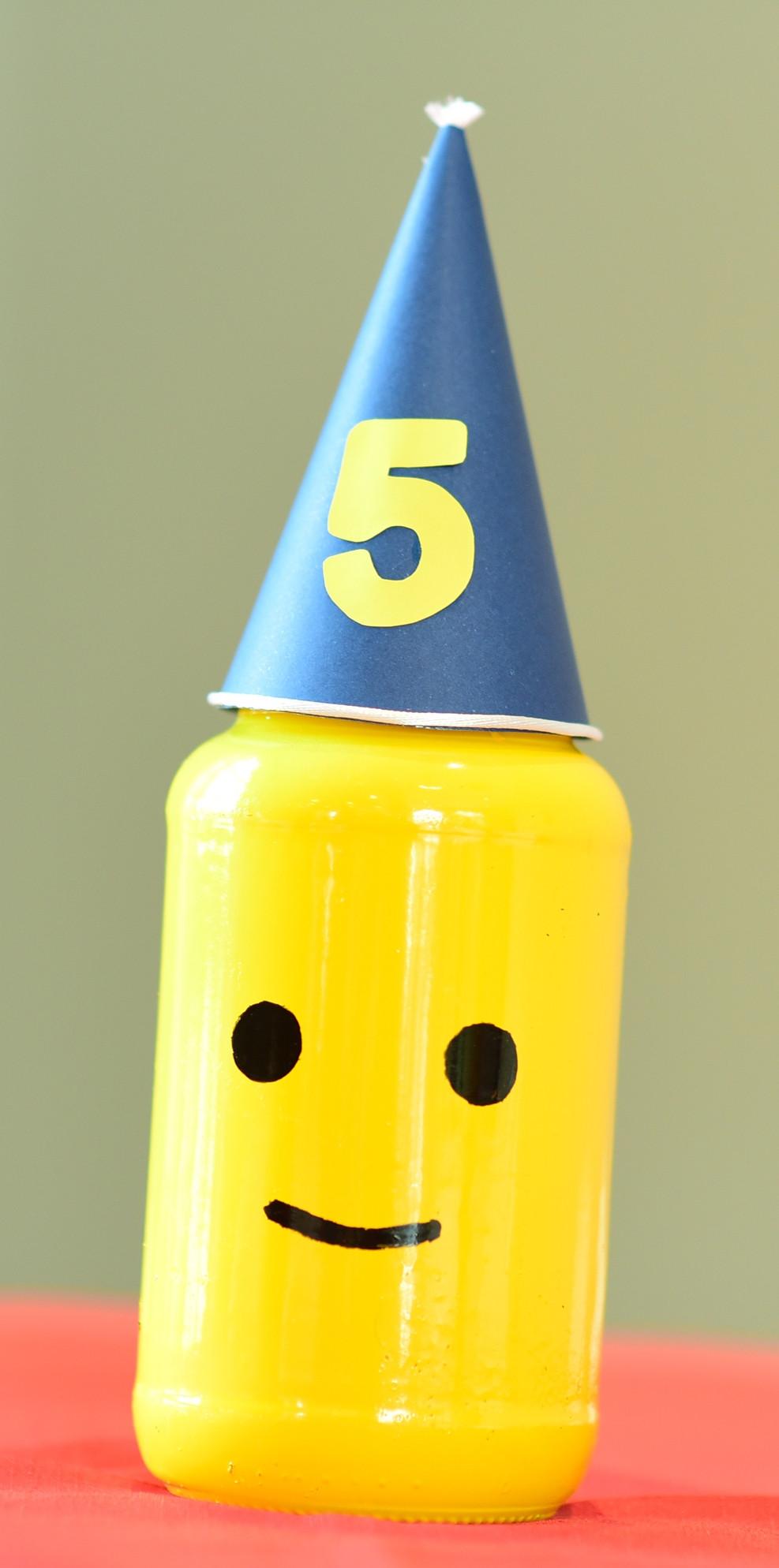 ♥Vidro de azeitonas transformou-se em uma linda carinha de peça Lego que utilizadocomo centro de mesa na festa de 5 anos do pequeno Levi.