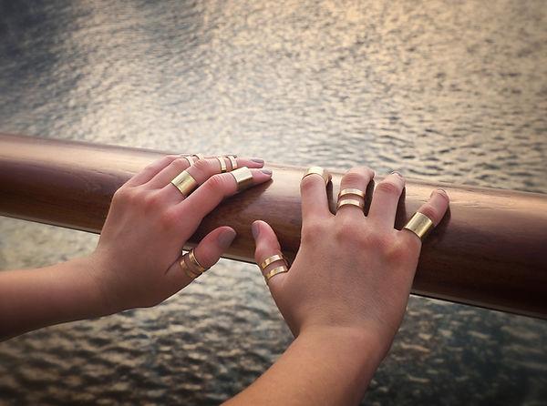 Mains avec anneaux