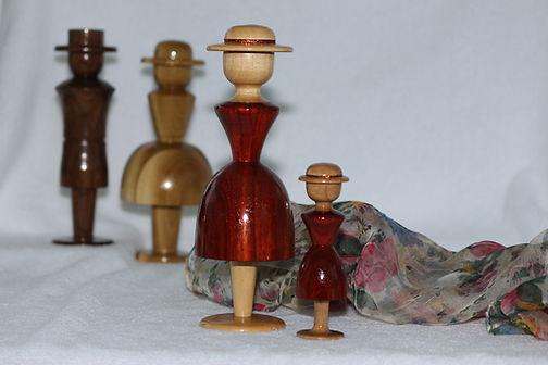 4 Figurines - 3 femmes et 1 homme.JPG