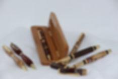 4 Stylos, 1 plume  1 coffre cerisier.JPG