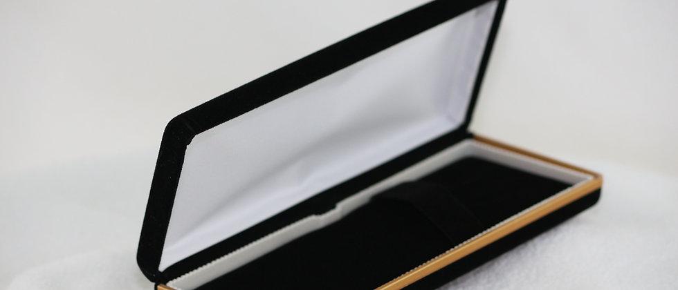 Boitier en velours noir à bordure dorée