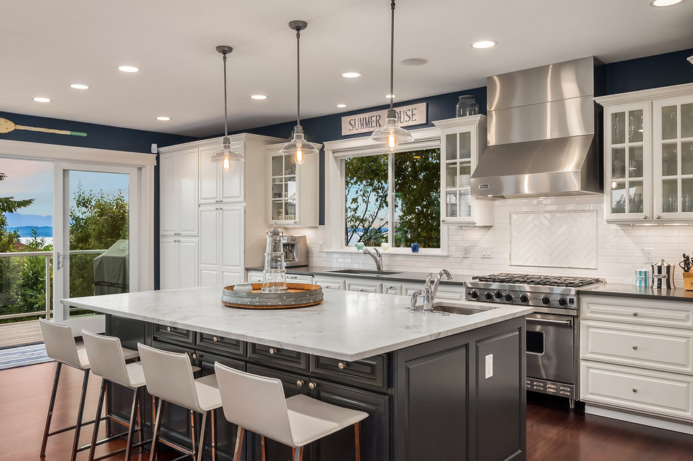 Kitchen with isand and breakfast nook