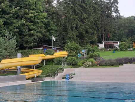 Von Doppeldenkenden und Doppelschwimmenden— Reflektionen aus dem Schwimmbad