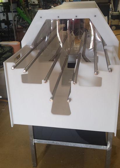 Machine à laver les paniers et seaux à vendange,châssis inox,tunnel de lavage et bac en polyéthylène, vanne en PVC, guide et tube de lavage en inox, bac avant et arrière démontable,  pompe 220 v.