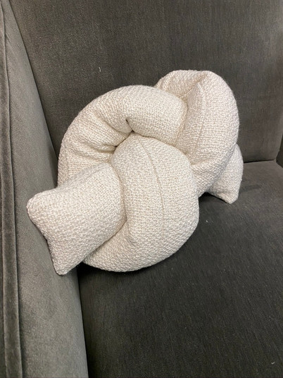 Double knot pillow