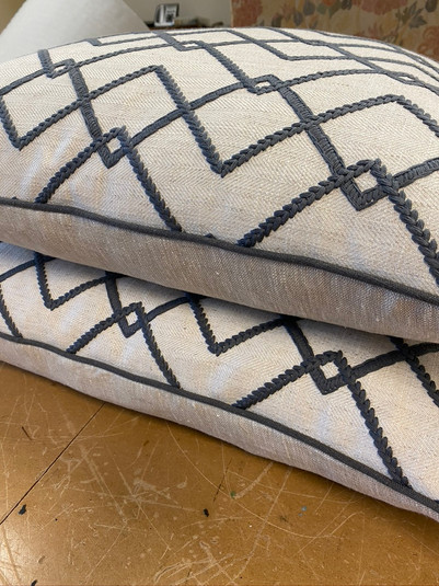 Piped contrast pillows
