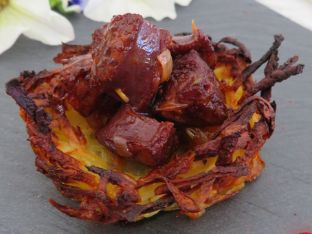How to prepare a Pintxo of chorizo nested in  potato