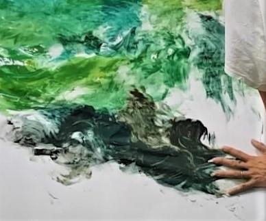 Dipingere un albero con le mani