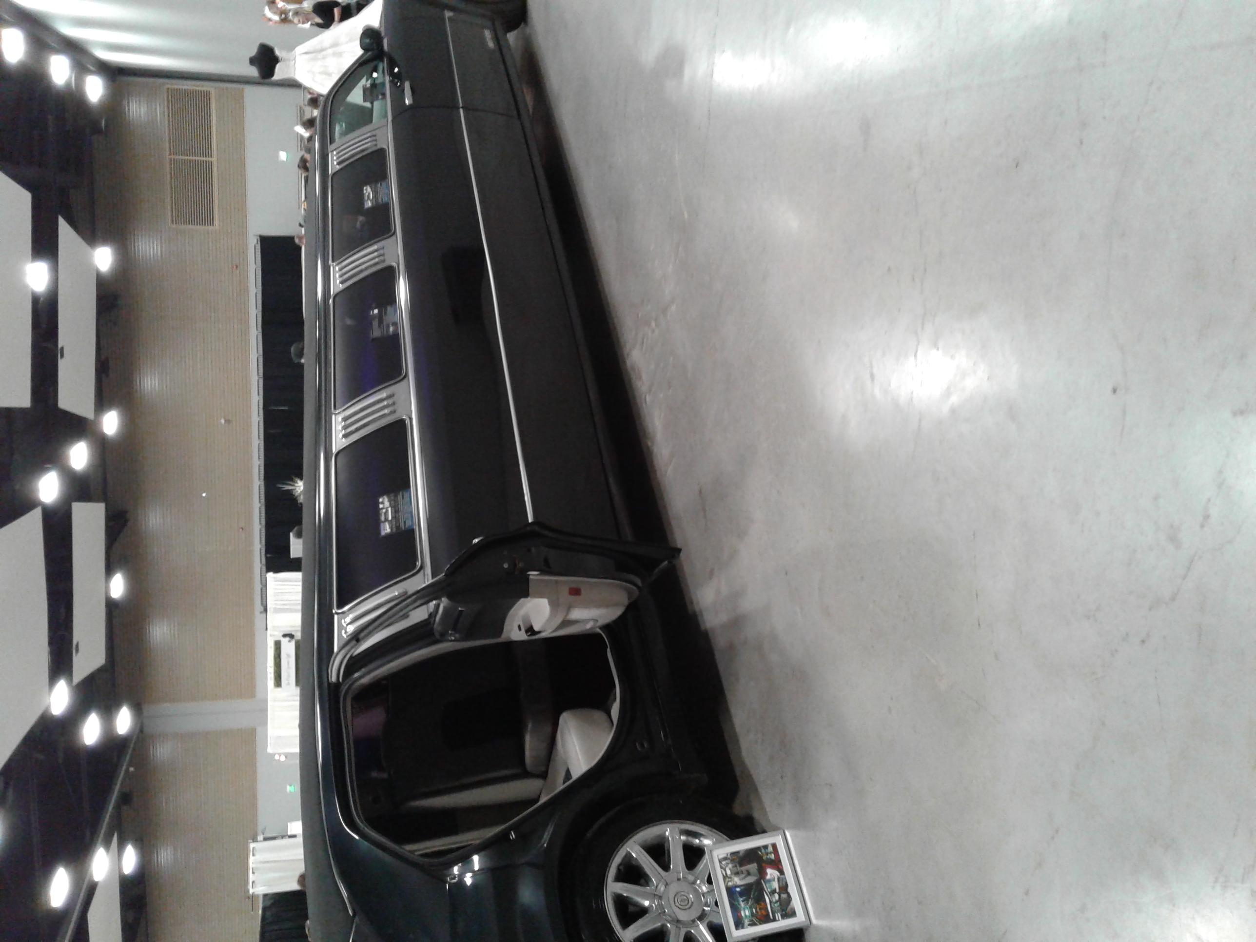 Chrysler 300 Limo - Showroom Floor