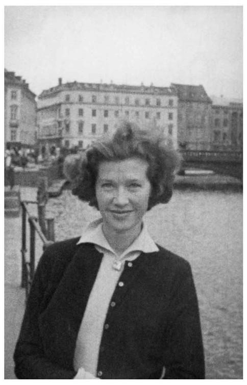 Mary Zimbalist : Photographs : Mary beside the sea