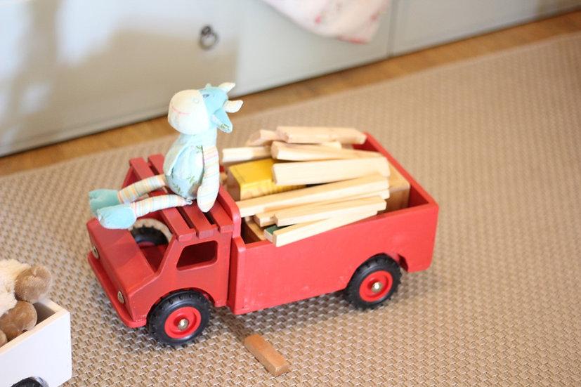משאית עץ אדומה