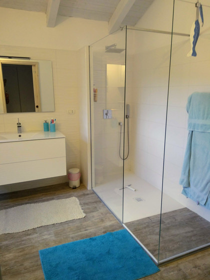 Shared bathroom for Bedroom 2