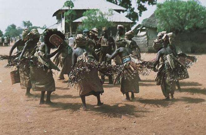 Donne Jukun in Nigeria che ballano l'Ajun-Kpa, destinate a esorcizzare gli spiriti maligni