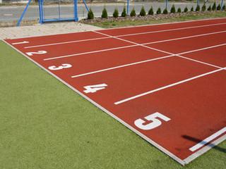 atletická dráha s doskočištěm 60 metrů, 5 drah, povch - umělá tráva