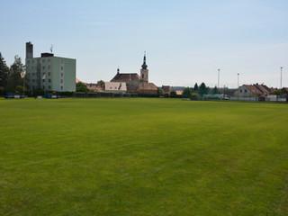 hřiště s travnatým povrchem s rozměry 100 x 80 metrů