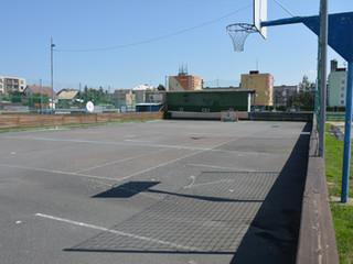 asfaltové hokejbalové hřiště, i s volejbalovými koši