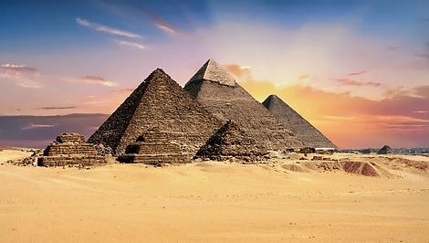 pyramids-2159286_960_720.webp