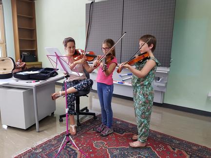 Fabienne und ihre fleissige Geigenschülerinnen