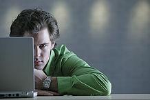 L'uomo dietro il computer portatile