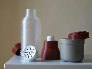 O sticla de apa reutilizabila, cu filtru activ de carbon, printata 3D