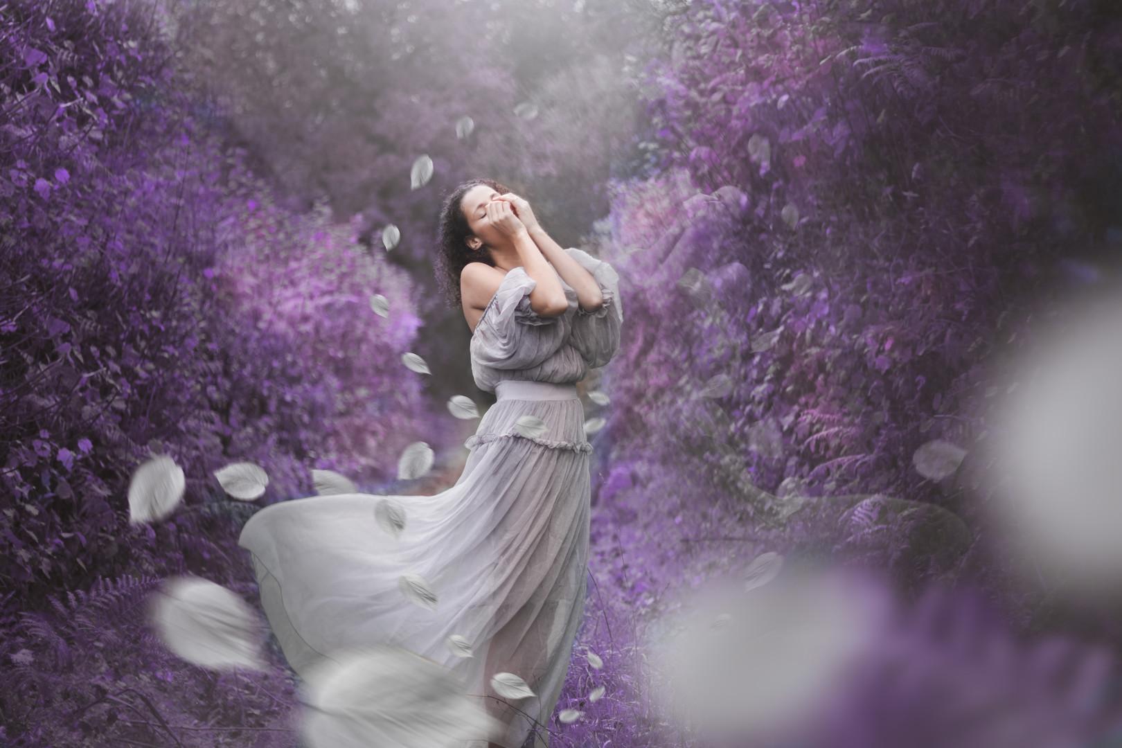 autoportrait robe grise violet.jpg