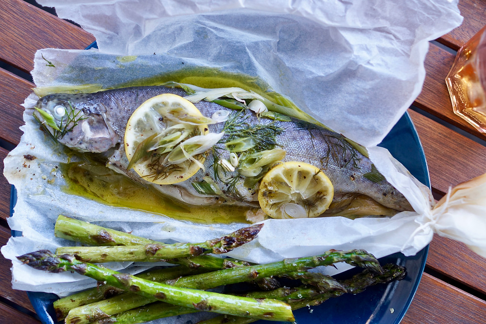 Forelle Fisch Grill grüner Sparger Low Carb Rezept Grill BBQ Elektrogrill