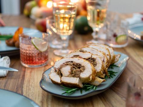 Thanksgiving-Dinner: Putenrollbraten mit Maronenfüllung, Süßkartoffelnküchlein und Bohnen mit Speck