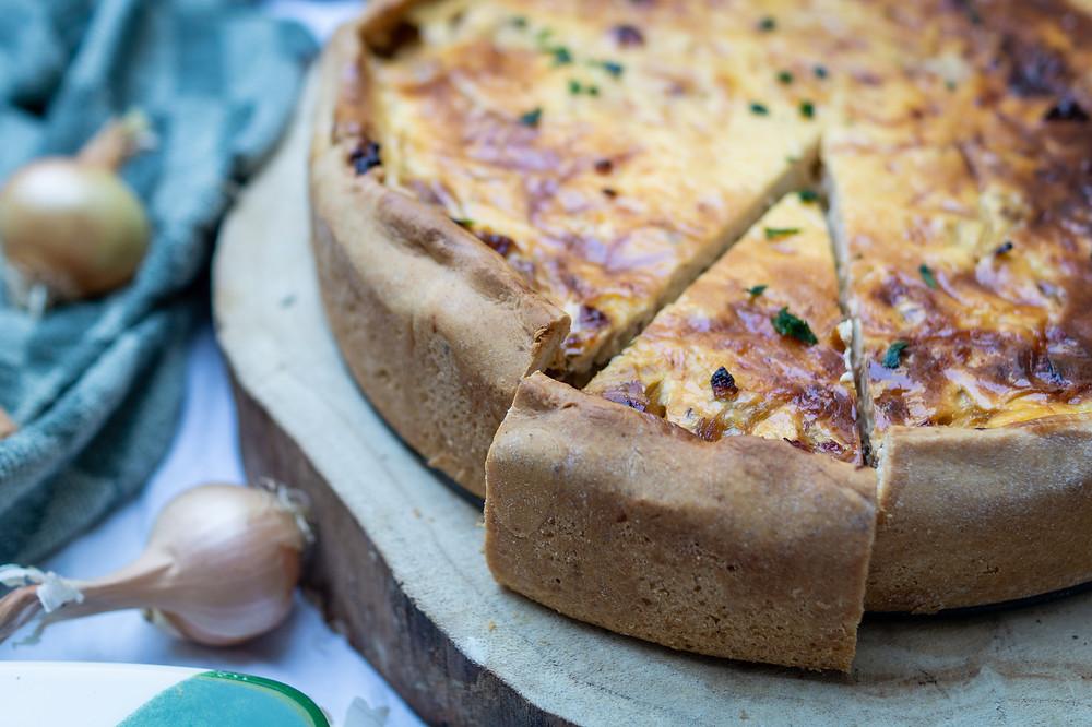 Zwiebelkuchen mit Speck und Hefeteig