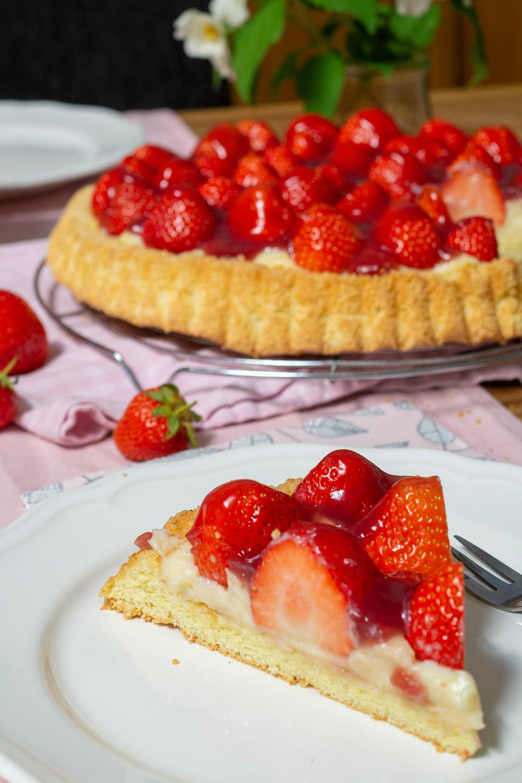klassischer Erdbeerkuchen mit Pudding und Biskuitboden