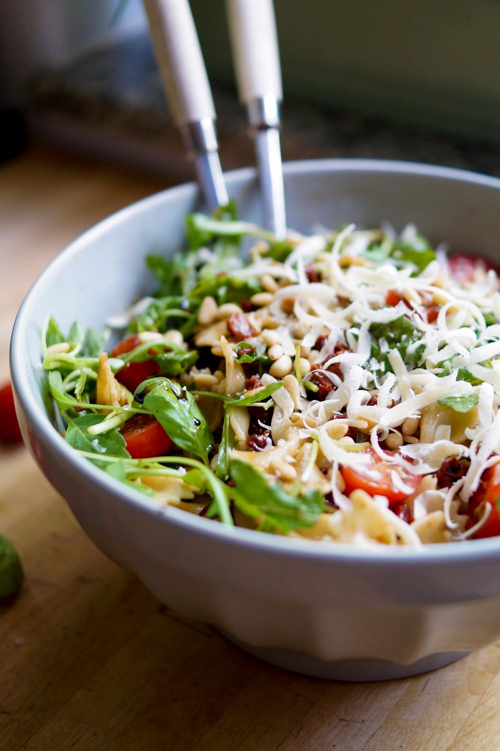 Italienischer Nudelsalat mit Parmesan, Rucola, Basilikum und getrockneten Tomaten