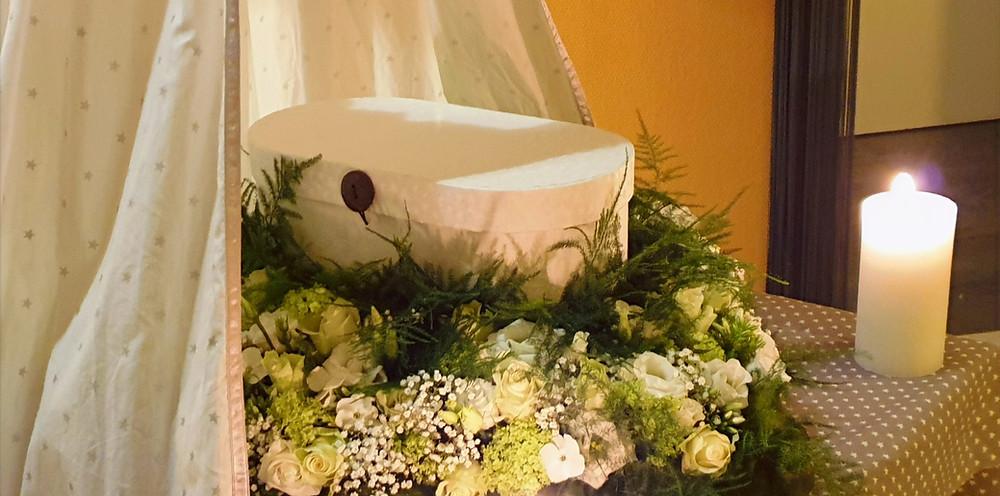 Na de wateropbaring is Silvano Valentino in dit mooie doosje gelegd, want aan de binnenkant mooi is opgemaakt met een matrasje en dekentje. Voor de ouders om ter herinnering te bewaren zit er van dezelfde stof een klein popje bij. het doosje is middenin het bloemenhart geplaatst.