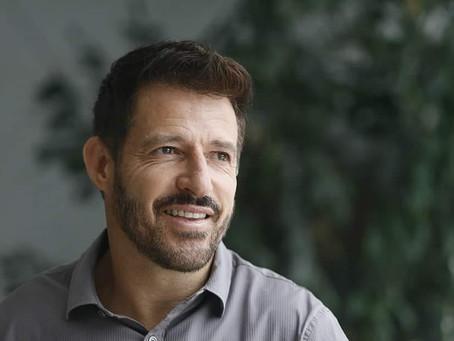 De forma diferente, Ramon Menezes é apresentado oficialmente como novo técnico do Vasco