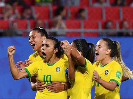 Brasil vence Itália, avança às oitavas da Copa do Mundo e Marta faz história
