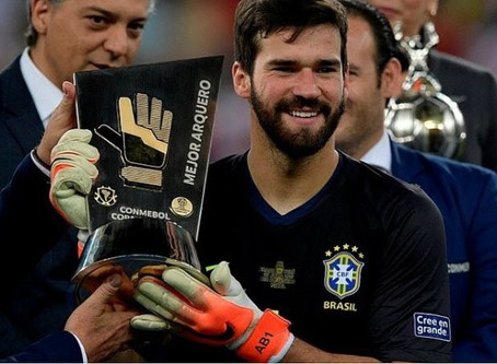 Diário europeu cita goleiro Alisson como candidato à Bola de Ouro