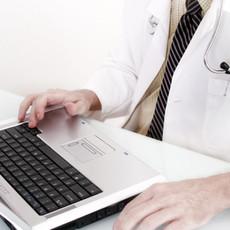 Doctor con el ordenador