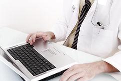 Doutor com computador
