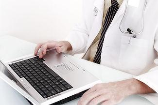 Medico con computer