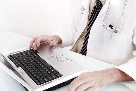 Doktor mit Computer-