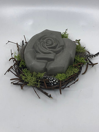 Betonrose im Nest, grau