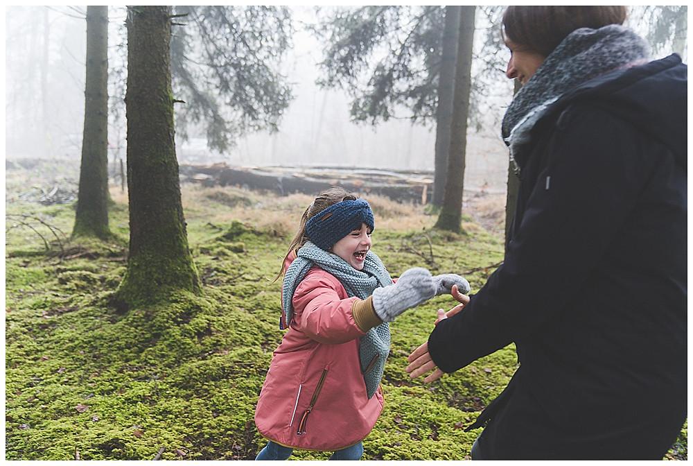 kind springt mama entgegen im Wald