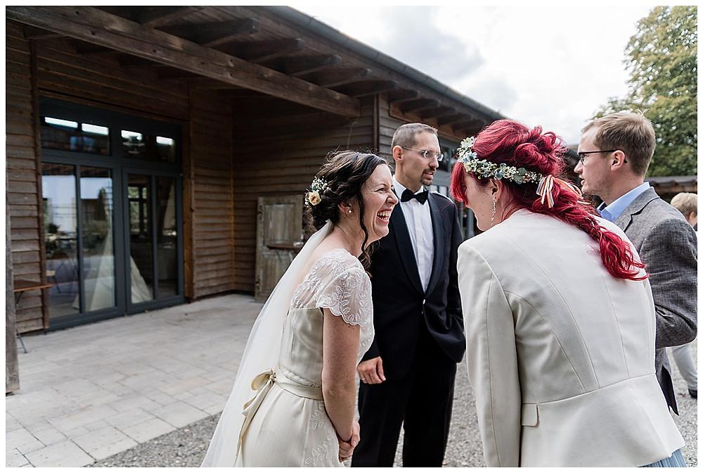 Braut und Schwester lachen