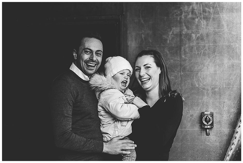 lachende Familie beim Fotoshooting in Augsburg