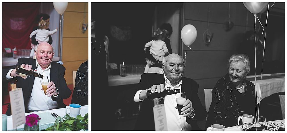 Großvater schenkt sich Bier ein an Hochzeit Om lacht dazu