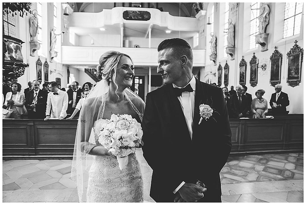 Brautpaar schaut isch in die Augen in Kirche
