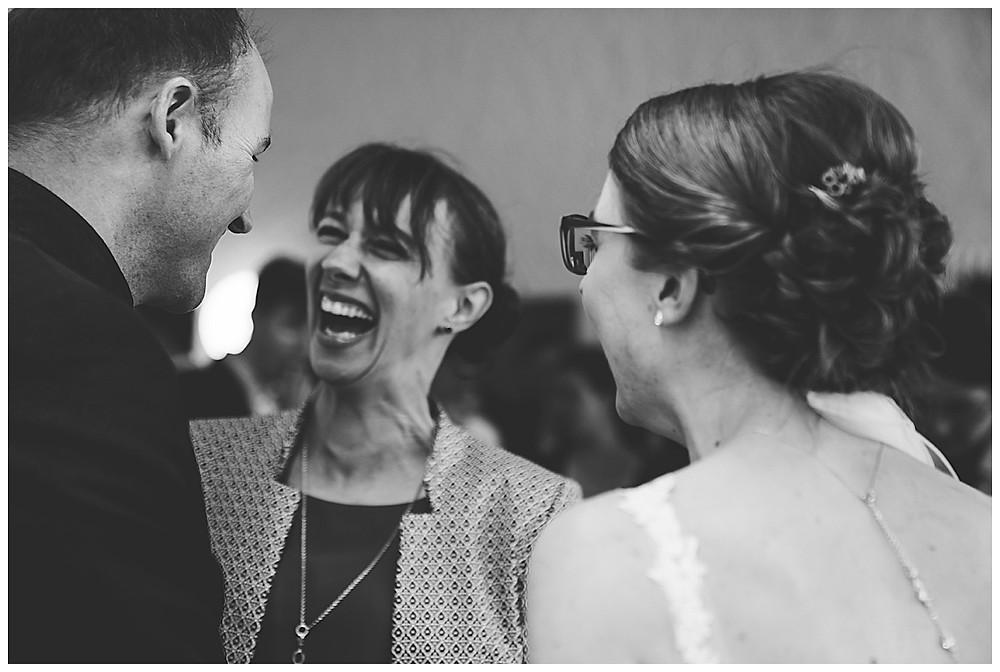 Gratulation an Hochzeit  lachend Frau
