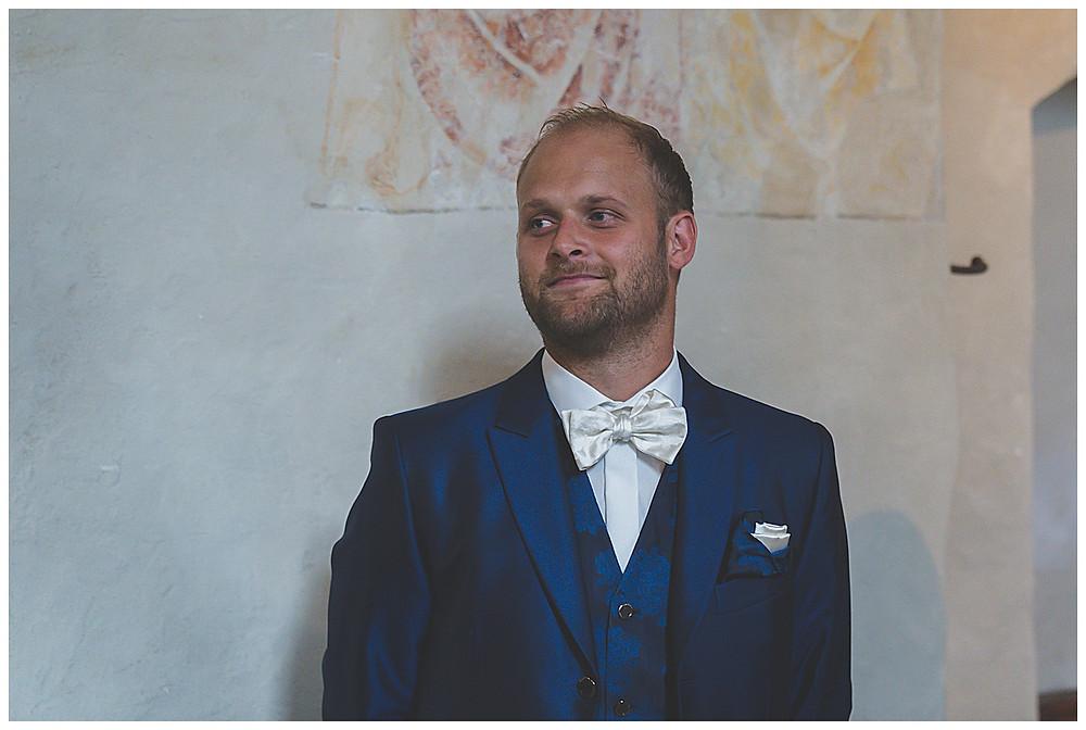 Kirche Scharenstetten Hochzeit  Bräutigam wartet auf Braut