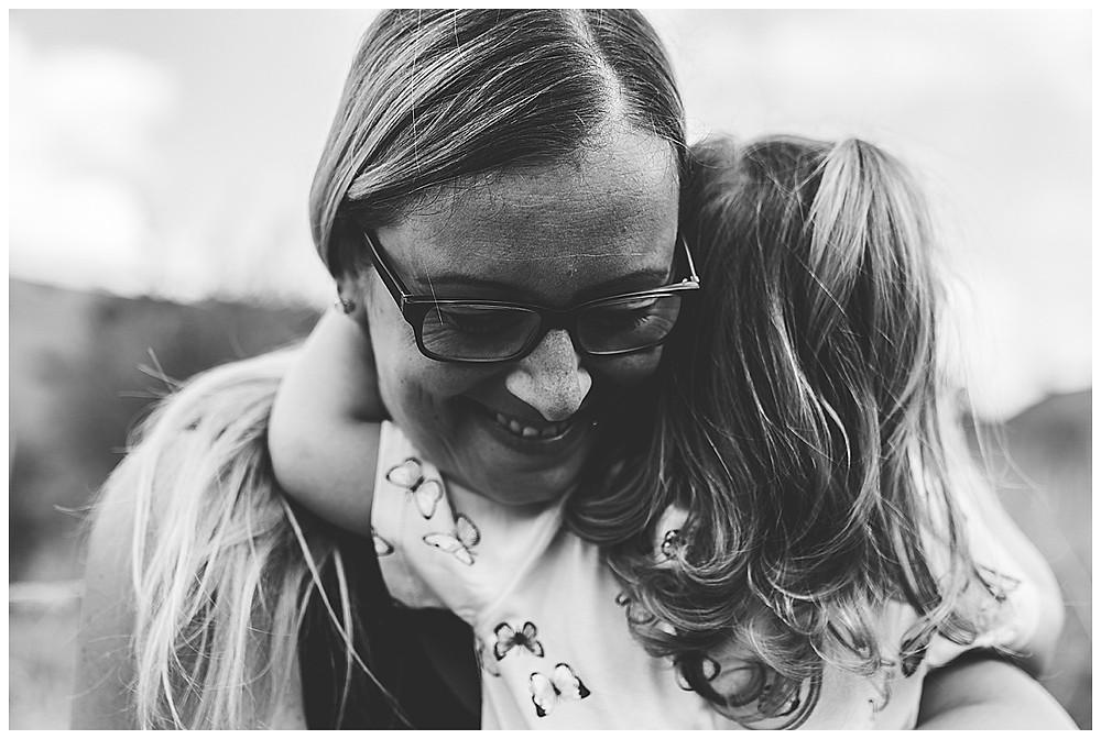 Mama und Kind kuscheln beim Shooting